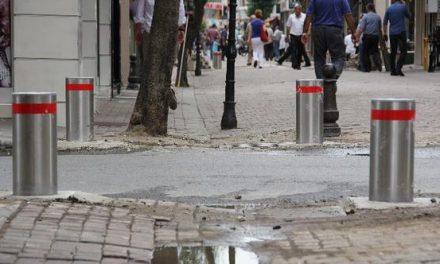 Sokaktaki yeraltı dubaları çarşı trafiğini engelliyor