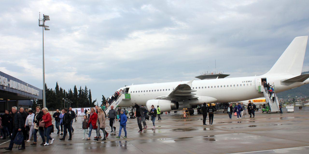 Litvanya'dan gelen ilk uçak 'su takı' ile karşılandı