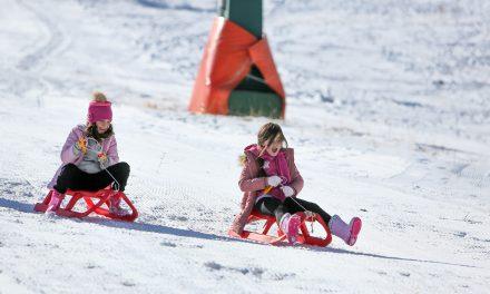 Antalyalılar zirvede kar, sahilde deniz keyfi yaptı